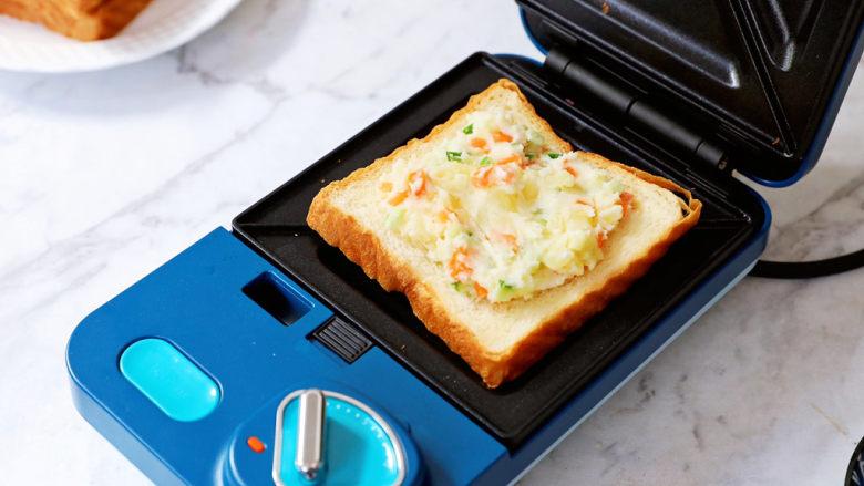土豆泥沙拉三明治,铺上土豆泥沙拉