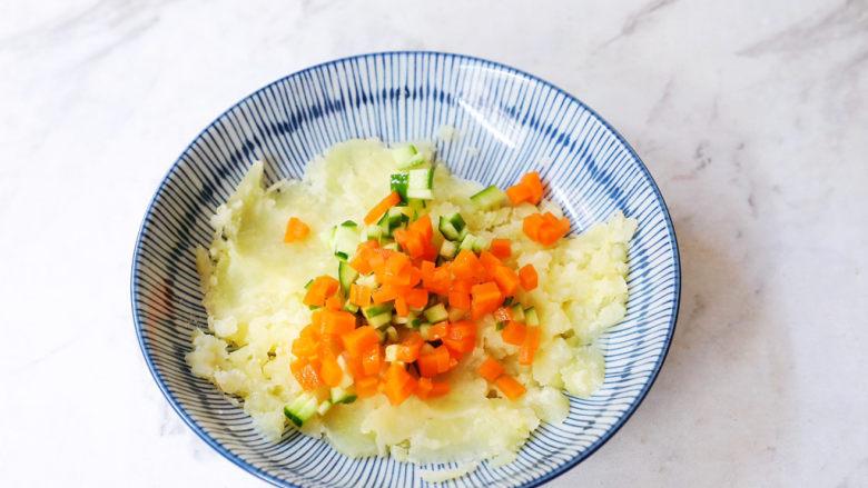 土豆泥沙拉三明治,加入胡萝卜粒