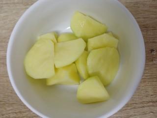 油豆角烧土豆,土豆去皮,刀掰成小块。