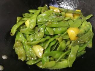 油豆角烧土豆,汤汁基本快要收干,转小火盖上盖子焖2分钟。