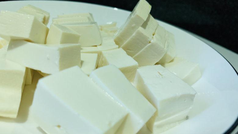 白菜炖豆腐,豆腐切小块