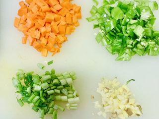 麻辣肠炒毛豆,准备工作胡萝卜、尖椒切丁、葱姜切末