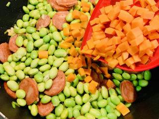 麻辣肠炒毛豆,加入胡萝卜丁翻炒