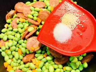 麻辣肠炒毛豆,加入盐、鸡粉调味