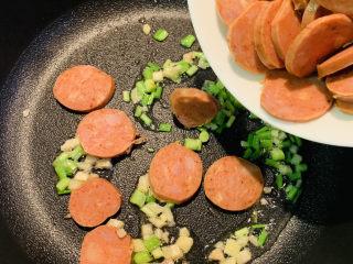 麻辣肠炒毛豆,加入思琪诺麻辣肠煸炒出香味。