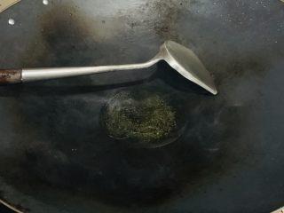 花边腊肠披萨,小火烧到没有水份加入食用油。