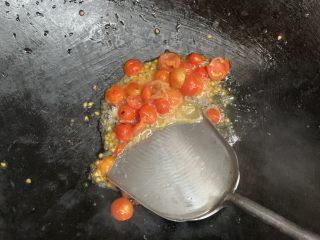 花边腊肠披萨,倒入番茄,用铲子轻轻按压。