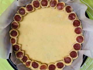花边腊肠披萨,一个个铺在面皮周边上。轻轻摁压下。