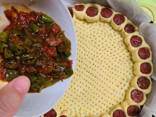 花边腊肠披萨,饼皮拿出倒入刚才碗里的酱汁。