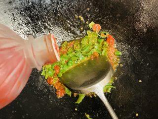 花边腊肠披萨,加入番茄酱综合辣味,没有番茄酱用10g白糖代替。