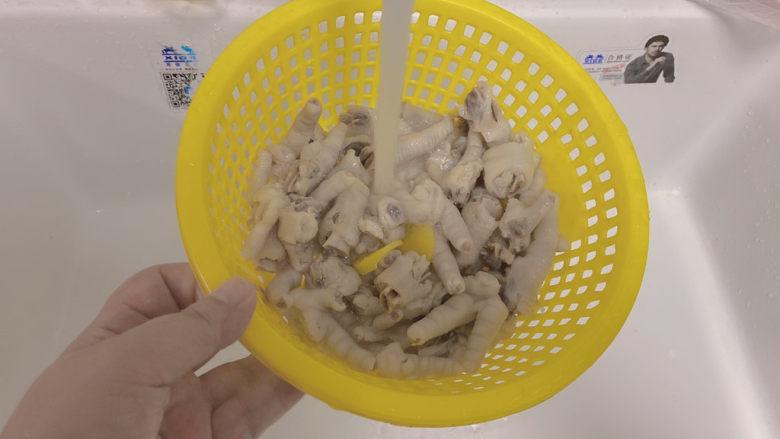 网红达人都爱吃的柠檬鸡爪,捞出冷水冲洗干净,立刻冷水冲洗会增加鸡爪的韧劲