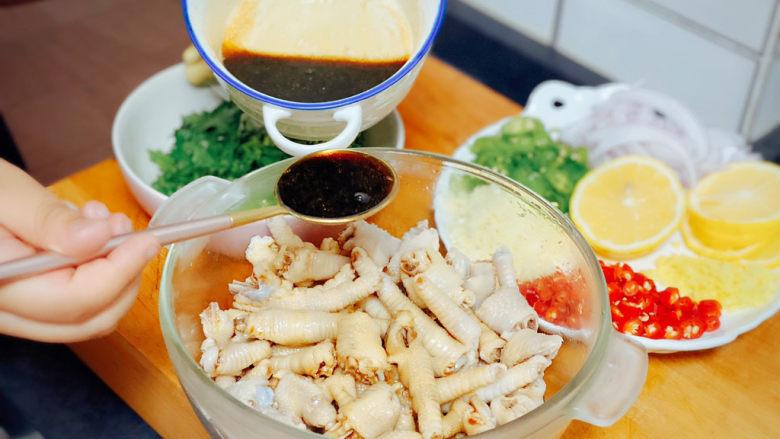 网红达人都爱吃的柠檬鸡爪,将调料倒进大碗里与鸡爪翻拌均匀