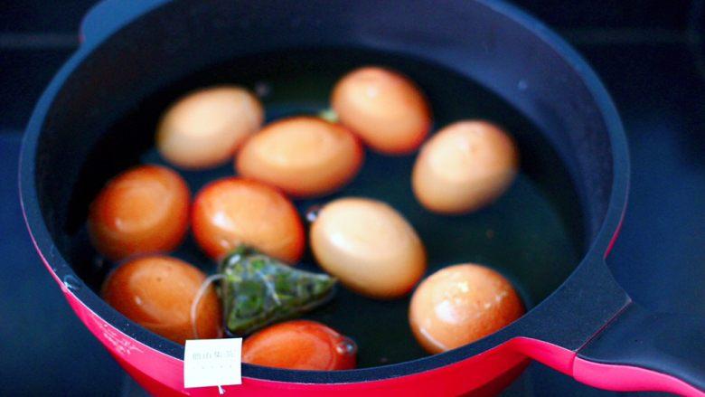 乌龙茶香卤鸡蛋,把敲碎的鸡蛋放入锅中,倒入提前凉好的白桃乌龙茶,