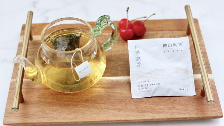乌龙茶香卤鸡蛋,先把他山集茶包放入壶中,倒入适量开水放凉备用。