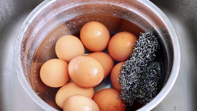 乌龙茶香卤鸡蛋,<a style='color:red;display:inline-block;' href='/shicai/ 9'>鸡蛋</a>放到盆子里,用刷子刷洗干净。