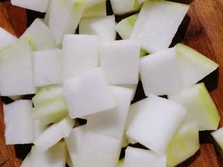 排骨冬瓜汤,去皮再把它切成方形的厚块