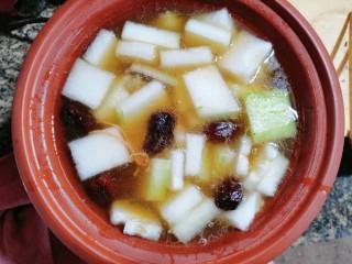 排骨冬瓜汤,搅拌均匀盖上盖子,煲至冬瓜软烂即可