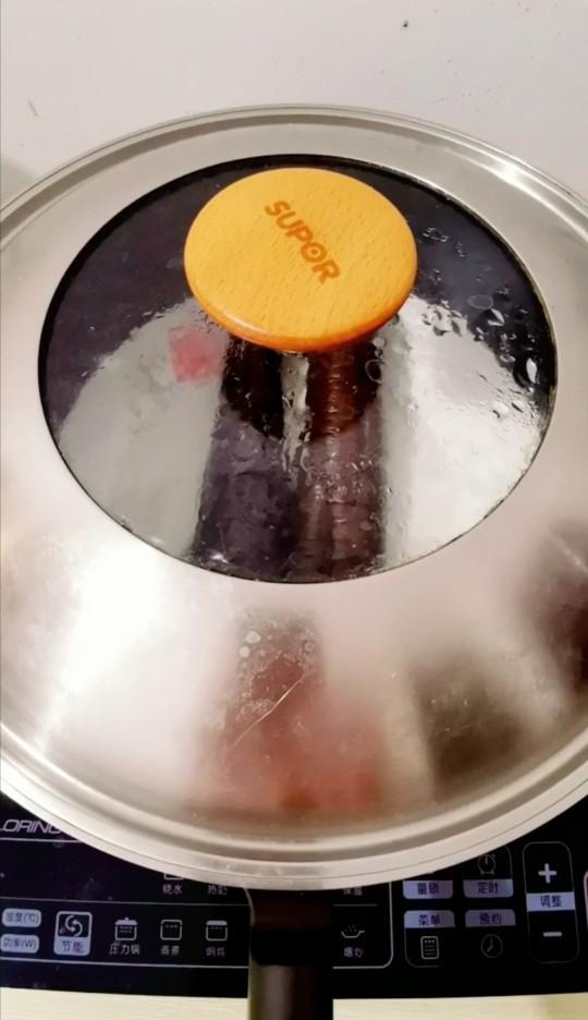 蒜蓉粉丝蒸茄子,盖上盖蒸六分钟