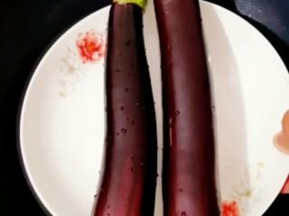 蒜蓉粉丝蒸茄子,茄子洗净,放入蒸锅里