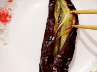 蒜蓉粉丝蒸茄子,用筷子从中间打开