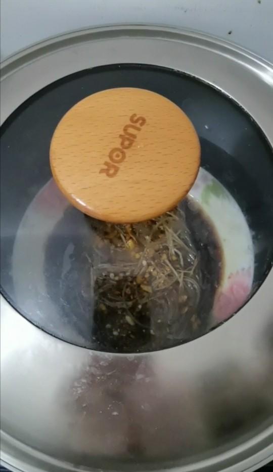 蒜蓉粉丝蒸茄子,盖上盖,蒸七分钟