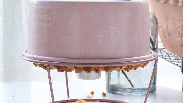 椰香戚风蛋糕,出炉后倒扣至完全冷却后轻压脱模
