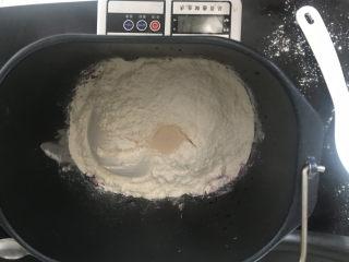 火龙果椰蓉面包卷,然后放入面粉和酵母
