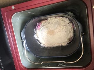 火龙果椰蓉面包卷,然后把面包桶放在面包机内,启动和面程序