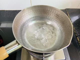 脆皮日本豆腐,锅中加入清水大火烧开