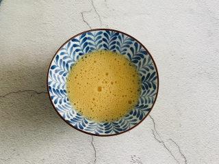 脆皮日本豆腐,鸡蛋打入碗中拌匀