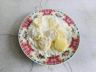 脆皮日本豆腐,均匀的裹上生粉