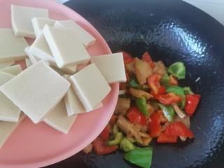 干锅千叶豆腐,倒入千叶豆腐翻炒