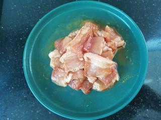 干锅千叶豆腐,肉加入少许盐,料酒,生抽,白胡椒粉,淀粉搅拌均匀腌制10分钟
