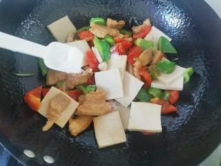 干锅千叶豆腐,加入盐