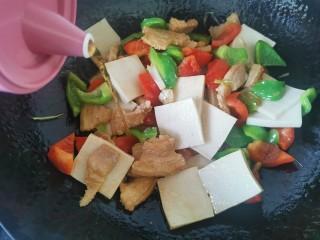 干锅千叶豆腐,加入料酒
