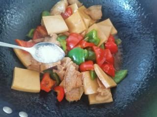 干锅千叶豆腐,加入白糖翻炒片刻,最后淋上水淀粉勾芡