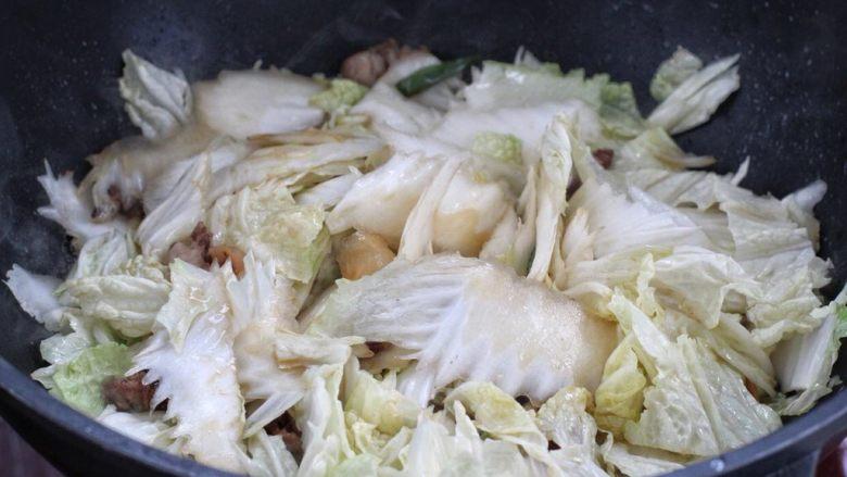 白菜炖豆腐,放入白菜片改大火快速翻炒,差不多半分钟左右白菜变软。