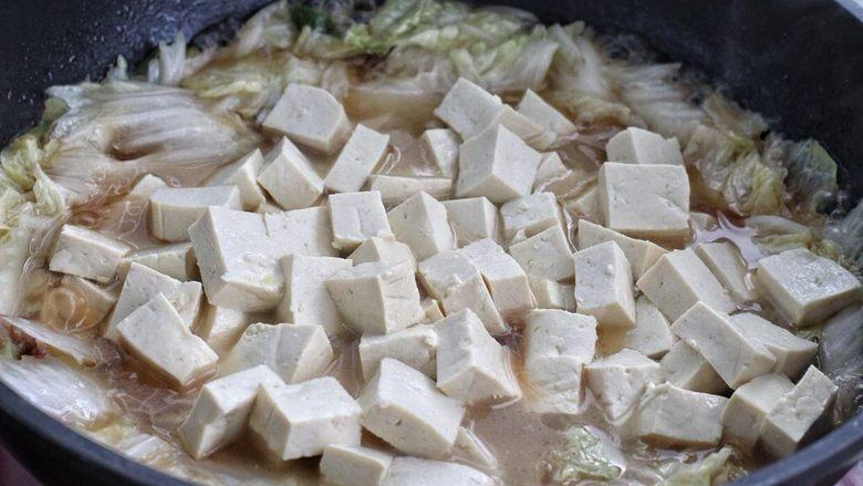 白菜炖豆腐,然后再将豆腐放进锅中轻轻翻拌均匀,用中小火炖煮十分钟左右。