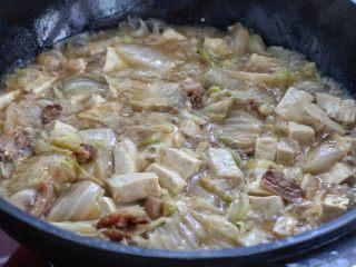 白菜炖豆腐,按照个人口味调入适量的盐和鸡精,改大火翻炒收汁。