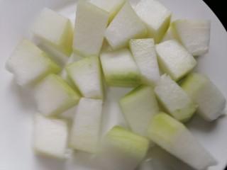 排骨冬瓜汤,将冬瓜洗干净并切成小块