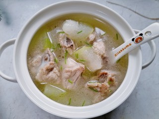 排骨冬瓜汤,盛入容器加入葱花
