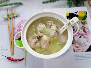 排骨冬瓜汤,拍上成品图,一道鲜美又营养的排骨冬瓜汤就完成了。