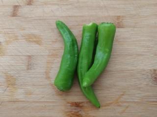 减脂系#白玉菇煎烤牛肉#,微辣的小青椒洗净备用。