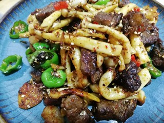 减脂系#白玉菇煎烤牛肉#,翻炒均匀即可出锅装盘。