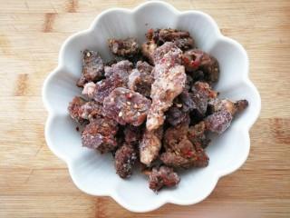 减脂系#白玉菇煎烤牛肉#,这是吃烧烤时烤熟的牛肉串撸下来放在冰箱内保存的,取出一些用来煎白玉菇,别有一番风味。