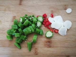 减脂系#白玉菇煎烤牛肉#,一个红米椒切段,小青椒切段。