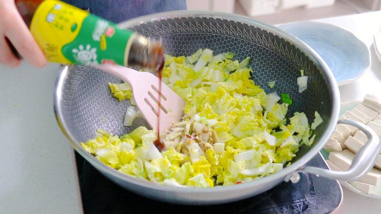 白菜炖豆腐,倒入耗油调味