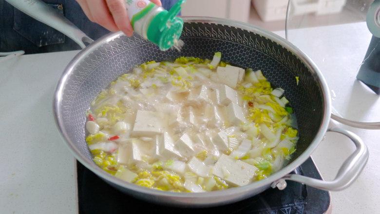 白菜炖豆腐,炖好后,撒上胡椒粉