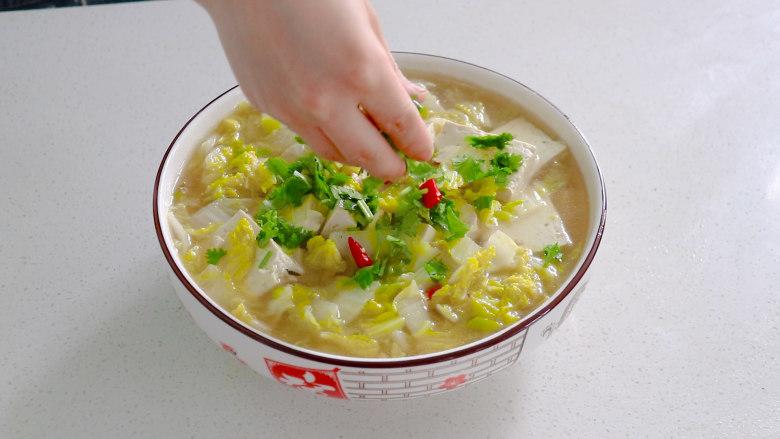白菜炖豆腐,撒上一些香菜,美味营养的白菜豆腐汤就做好了,味道十分的好吃,一碗根本不够。