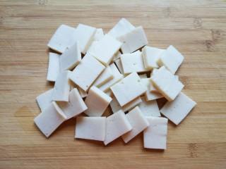 干锅千叶豆腐,千叶豆腐冲洗一下,用厨房用纸吸干表面的水分,切成片。
